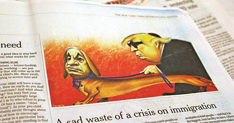 美國《紐約時報》國際版本今年4月刊登了一幅備受爭議的政治漫畫,圖中以色列總理內塔尼亞胡被畫成一隻佩戴猶太教大衛星狗鏈的導盲犬,為戴着猶太教小圓帽及墨鏡的失明美國總統特朗普引路,被指令人聯想到納粹文宣。(網上圖片)