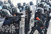 警方昨日使用的胡椒球彈槍(左)及橡膠彈槍(右,橙槍柄)。(林智傑攝)