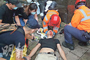 一名男子在金鐘夏愨道被打中地面反彈的催淚彈彈殼傷及面部,流血不止。(曾憲宗攝)