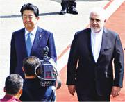 日本首相安倍晉三(左)昨日抵達德黑蘭展開三天訪問,由伊朗外長扎里夫(右)代表到機場歡迎。(法新社)
