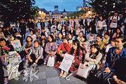 周二東京火車站外有「鮮花示威」,約300人持花參與抗議日本性暴力與相關判決的集會。(路透社)