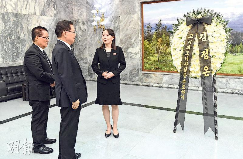金與正(左三)代表胞兄金正恩,昨把弔唁韓國前總統金大中夫人的兩米高花圈,送到板門店請韓國官員轉交。花牌上款寫「追悼故李姬鎬女士」,下款僅書「金正恩」。(路透社)
