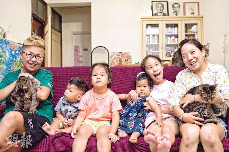台南女同志陳釩(右一)和穆德(左一)在同婚法生效首日,辦理了結婚註冊手續。她們在12年來,借精陸續生下蛋捲(右二)、奶昔(左三)和藍莓(右三)、貝果(左二)4個孩子。(受訪者提供)