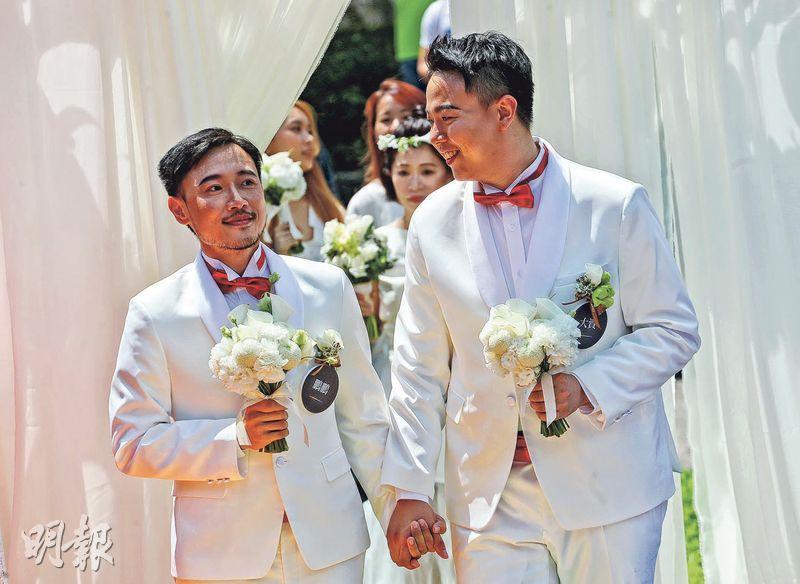 台灣同婚專法通過,但被認為沒實現真正的平權。圖為上月同婚法生效,台北同志新人牽手結婚。(資料圖片)