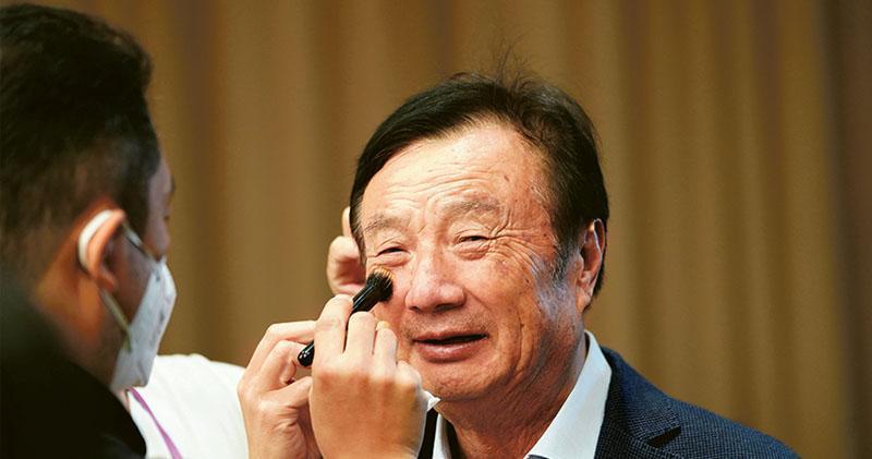 華為創始人任正非昨天在深圳總部出席對談會時表示,預計華為今明兩年營收會下降300億美元,但兩年後可重煥生機。圖為工作人員在活動前幫任正非化妝。(路透社)