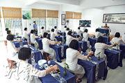 教育矯治所內的戒毒女子學習茶藝技能,為回歸社會增信心。(中新社)