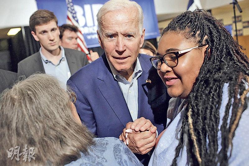 美國民主黨籍前任副總統拜登(中)上周二到艾奧瓦州拉票。(法新社)