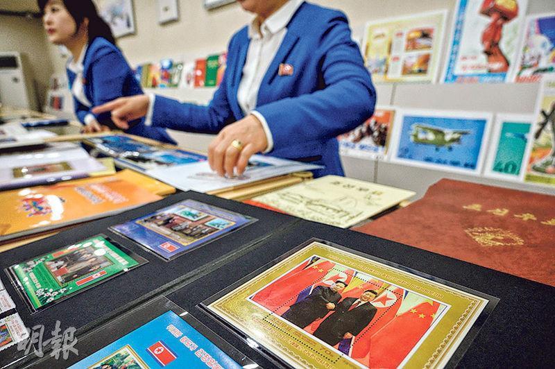 國家主席習近平今日起一連兩日國事訪問朝鮮。圖為平壤一家郵品商店,朝方發行領導人金正恩此前訪華時與習近平合影的紀念郵票。(法新社)