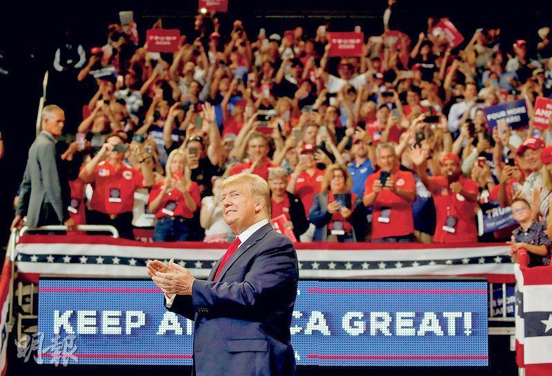 美國總統特朗普(前)周二在佛羅里達州奧蘭多舉行集會,正式宣布競逐連任總統,稱會「維持美國偉大」。(路透社)