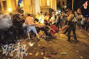 俄國議員周四在格魯吉亞國會致辭,惹來大批示威者到場抗議,並跟防暴警察爆發衝突。(路透社)
