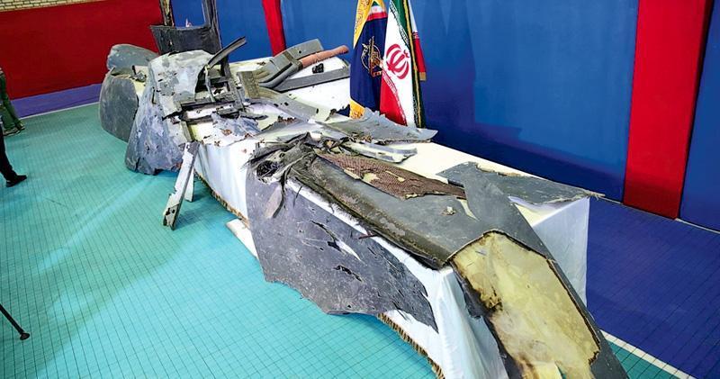 伊朗革命衛隊上周五(21日)展示聲稱是美軍無人機的殘骸。伊朗稱無人機入侵國家領空,兩次警告無效後將之擊落。(路透社)