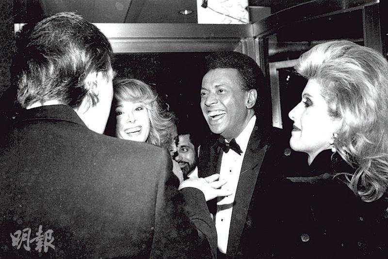 卡羅爾(左二)指控特朗普(左一背向鏡頭)在1990年代曾經性侵她,但特朗普反指從未遇過她。不過,此照片為1987年兩人與當時各自的伴侶出席國家廣播公司(NBC)派對時被拍到的照片。(網上圖片)
