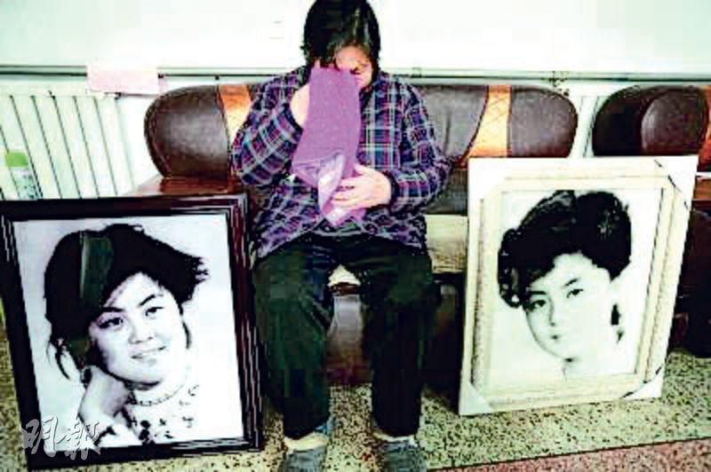 河北邯鄲肥鄉30年前的「反腐英雄郭建民女兒郭桂芳失蹤案」,近日被內地媒體舊事重提。圖為郭桂芳的母親在女兒遺像前潸然淚下。(網上圖片)