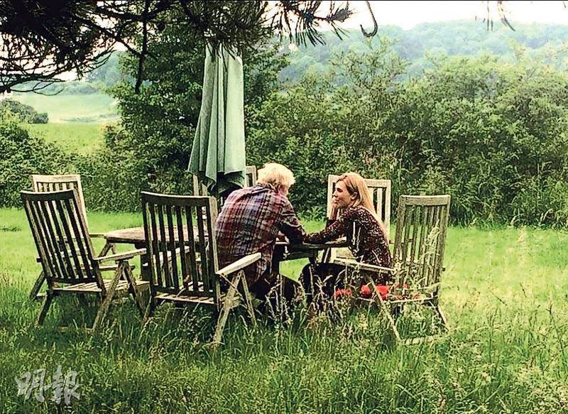 英國下任首相大熱約翰遜日前被爆出與女友西蒙茲爭吵驚動警方,當地有傳媒公布兩人在郊外約會的照片,圖中兩人看似氣氛融洽。(網上圖片)