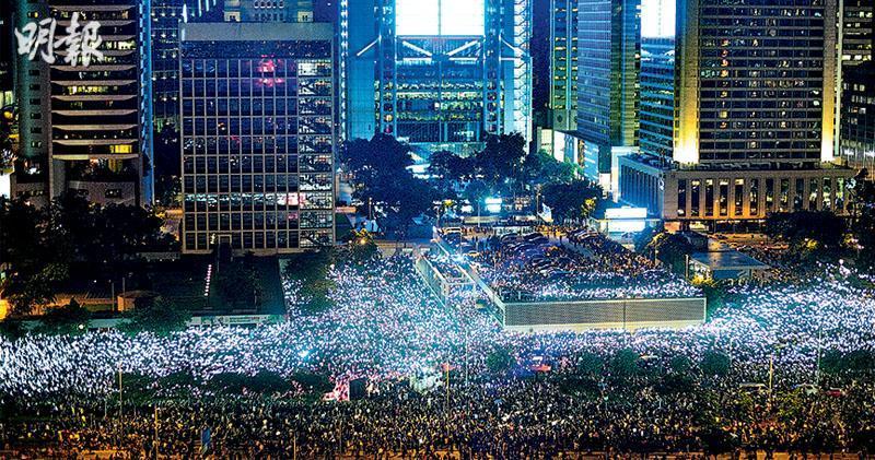 數以千計市民出席民陣舉辦、呼籲國際領袖關注香港情况的集會。集會人潮塞滿愛丁堡廣場、大會堂及龍和道一帶,警方要封鎖龍和道東西行車線。集會期間群眾亮起手機燈光,唱出Do You Hear the People Sing?的廣東話及英語版本。(鄧宗弘攝)