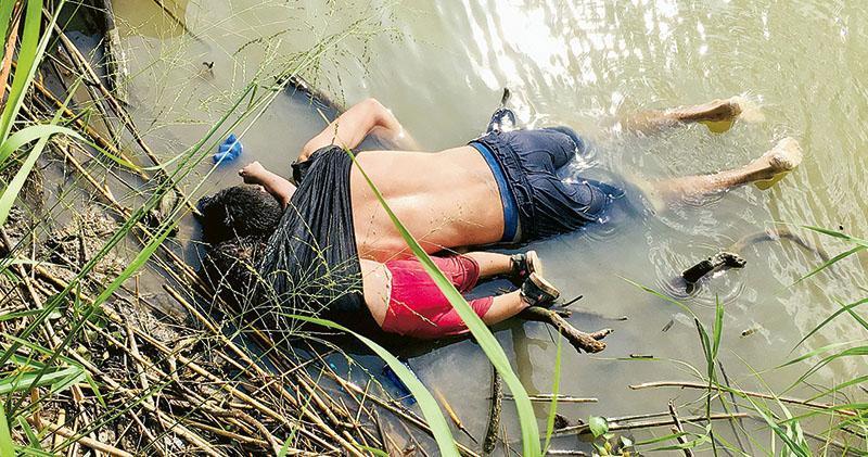 來自薩爾瓦多的馬丁內斯父女在里奧格蘭德河遇溺伏屍河邊,引起輿論對美墨邊境移民問題的廣泛關注。(路透社)