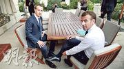 Fb創辦人朱克伯格(左)和法國總統馬克龍(右)5月於巴黎會面,就如何防止網上散播假消息和仇恨言論討論。(網上圖片)