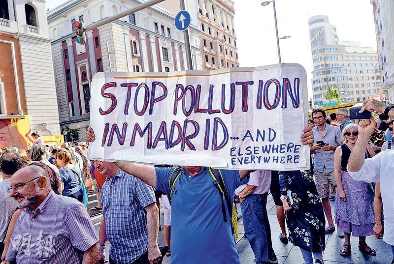 馬德里上周六有民眾示威,反對市政府擱置市中心的低排放區政策。(路透社)