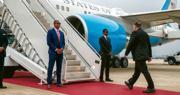 美國國務卿蓬佩奧在國內及外訪期間,均全天候獲國務院轄下的外交安全局保護。圖為蓬佩奧(右)周日陪同總統特朗普到訪兩韓非軍事區後,在韓國首爾登上專機返美。(法新社)