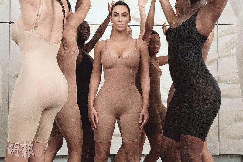 美國真人騷女星Kim Kardashian(中)上周在網上貼出她穿起名下新推出、命名為Kimono(和服)的塑身內衣褲系列。(路透社)