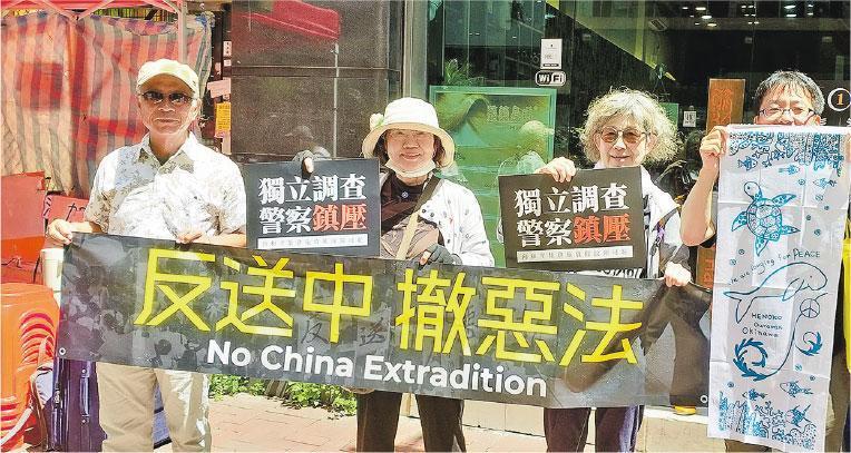 4名日本人沖本裕司(左起)、沖本富貴子、京極紀子和山田太郎在香港觀摩七一遊行。(作者提供)