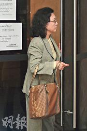 被告陳美珠(圖)離開法庭時為避開傳媒,不斷出入升降機,終由丈夫方桂生以身體阻擋傳媒下離開。(賴俊傑攝)