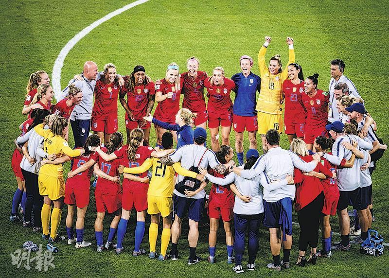 今屆女足世盃美國對英格蘭賽事收視破紀錄,反映女足愈來愈受注目。圖為美國女足在贏波後圍圈慶祝。(新華社)