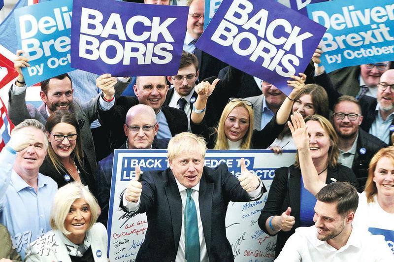 根據針對保守黨黨員進行的民調,英國前外相約翰遜有望以巨大優勢擊敗現任外相侯俊偉,贏得黨魁選舉,進而成為新任首相。圖為他前日在蘇格蘭出席黨內演講集會活動。(法新社)