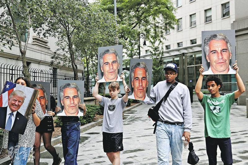 周一在愛潑斯坦提審的紐約南區地方法院外,一些示威者舉起他的大頭相抗議。愛潑斯坦被控性販運未成年人士等罪名。(路透社)