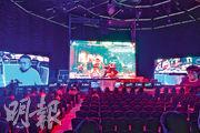 數碼港電競場地佔地4000平方呎,可容納500人,設有組合式舞台、多個超高清屏幕,又加設遮光隔音電動天幕,為目前全港最大電競專屬場地。昨日傳媒預覽中,即場上演《街霸》對戰(圖)。(鍾林枝攝)