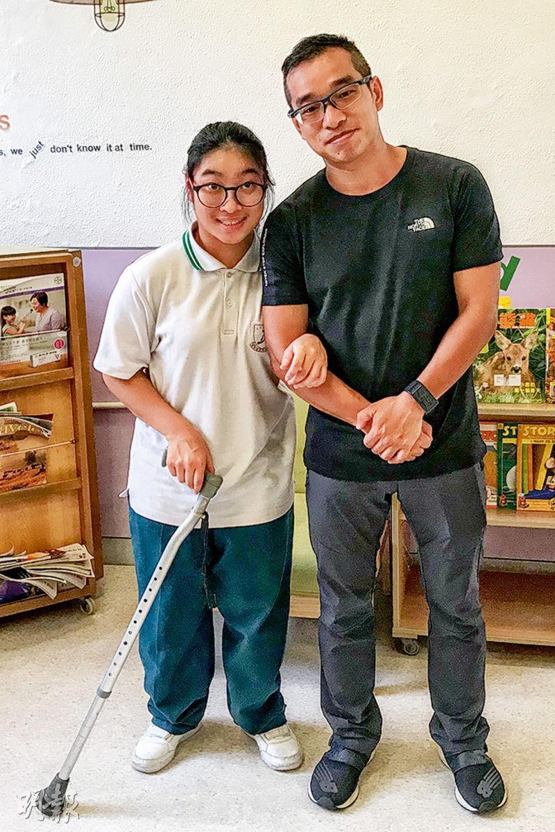 就讀香港耀能協會賽馬會田綺玲學校的應屆文憑試考生李諾晞(左),應考科目全數「不予評級」,她覺得失望,不過身旁的爸爸(右)認為成績可接受,支持女兒成為咖啡師的目標。(陳嘉詠攝)