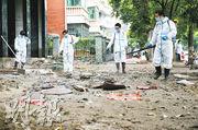 早前崩堤的湖南省衡陽市衡山縣,有工作人員昨在洪水退去後一片泥濘的街道做防疫消毒工作。(新華社)