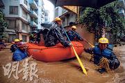 尼泊爾首都加德滿都豪雨水浸,水深及胸,上周五(12日)軍人出動協助拯救災民坐橡皮艇疏散。(新華社)