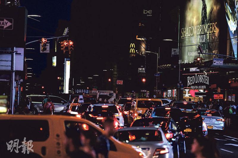 上周六晚紐約時報廣場一帶除了個別的廣告、車輛燈光和街燈,落入一片黑暗。(路透社)