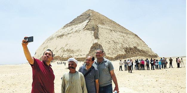 埃及前天開放法老斯尼夫魯時期興建的「彎曲金字塔」供參觀,希望促進旅遊。(新華社)