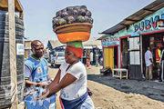 非洲剛果民主共和國的伊波拉疫情持續蔓延,國際組織及當地部門加緊應對措施。圖為一名女性周一在戈馬市的清潔站中,以含有氯的水洗手。(法新社)