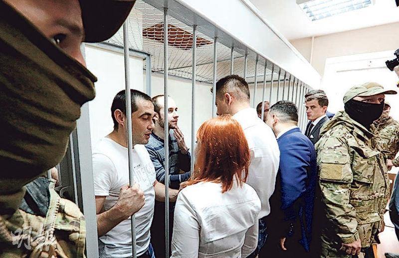 去年11月在刻赤海峽遭俄國扣押的24名烏克蘭海軍艦艇水兵,上周三(17日)在莫斯科法院上庭,站在被告欄內接洽律師。水兵被控擅闖俄國水域企圖執行非法活動。(路透社)