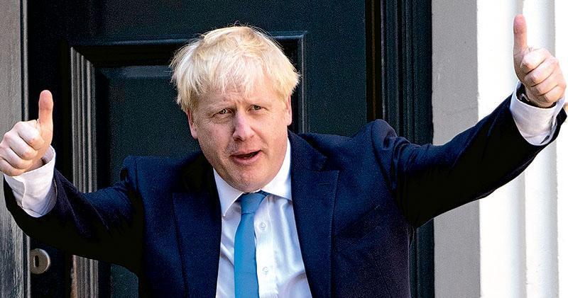 約翰遜昨日當選黨魁,赴倫敦的保守黨總部時舉起雙手拇指。(法新社)