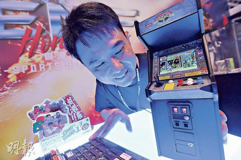 香港電競音樂節今日起一連3日於灣仔會議展覽中心舉行,體驗專區今年新增「懷舊格鬥遊戲區」,區內除多部《街頭霸王》及《拳皇》街機外,亦有「迷你街機」(圖)供市民試玩。(李紹昌攝)
