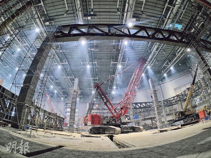 第二屆中國國際進口博覽會11月將在上海開幕。為滿足展覽需求,上海國家會展中心(圖)目前正在進行加層擴建作業。(中新社)