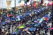 不少市民昨午由中環步行到銅鑼灣聚集,在下午近6時半,示威者在崇光百貨外佔據軒尼詩道路面,不少人手持雨傘,一度以人鏈運送物資。(賴俊傑攝)
