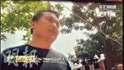 圖為面對媒體採訪,台兒莊區市場監督管理局公平交易工作室副主任王濤只張嘴不出聲。《人民日報》斥其為「醜態畢露」。(央視畫面)
