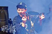 吉爾斯多夫(圖)周日在美國紐約贏得電腦遊戲Fortnite比賽冠軍後,興奮地舉起獎杯。(法新社)