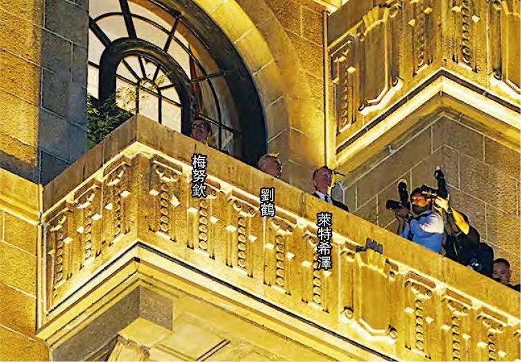 昨晚8時許,梅努欽、劉鶴和萊特希澤登上和平飯店9樓的露台欣賞浦江夜景。(網上圖片)