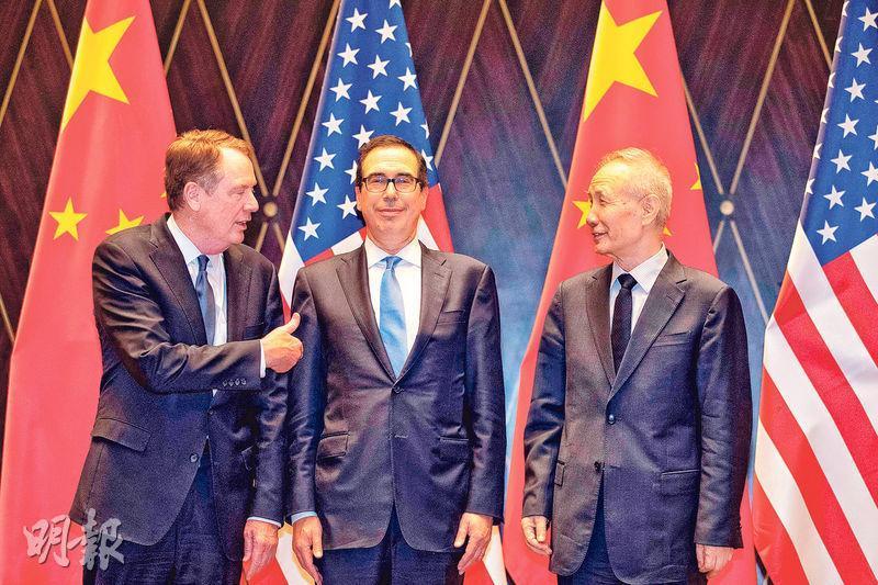 國務院副總理劉鶴(右)與美國貿易代表萊特希澤(左)、財長梅努欽(中)昨天早上在上海西郊賓館舉行第12輪中美經貿高級別磋商,雙方未達成協議,但均稱這次談判「有建設性」。(法新社)
