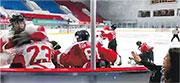 網上流傳一段34秒片段,顯示在一個冰球場內,多處有身穿白衣紅字的香港少年冰球隊隊員,被身穿紅衣白字的內地隊員打。其中有兩人圍攻身穿23號球衣的港隊隊員(圖左下方),向其頭部揮拳。(網上片段截圖)