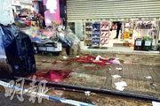 43歲男子於街頭自殘,現場遺下大量血漬,警方封鎖調查。(陳冬綾攝)