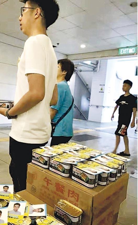 油塘東社區主任龔振祺(白衣)前日喺8號風球下,準備大批罐裝午餐肉向市民派發,罐頭附有卡片,被工聯會何啟明質疑。(何啟明facebook圖片)