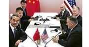 國務委員兼外長王毅(左前)與美國國務卿蓬佩奧(右前)昨在曼谷會面,就中美貿易戰等議題深入交流。(法新社)
