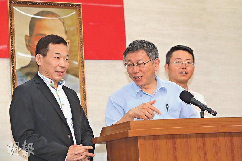 台北市長柯文哲(中)籌組「台灣民眾黨」,將在8月6日他60歲生日當天召開成立大會。圖為柯文哲昨與台北市議員鍾小平(左)、徐立信(右)一同出席記者會,交代組黨一事。(中央社)